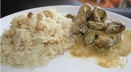 Curry de volaille et riz au wok